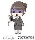 スマートフォンが壊れてショックを受けるスーツの女性 70759754