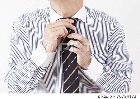 ネクタイをする男性 70784172