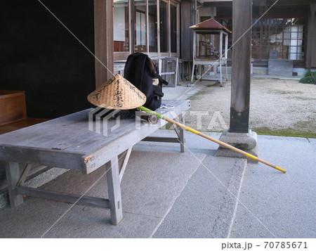 遍路杖と笠/小豆島88箇所霊場76番札所「金剛寺」で一休み 70785671