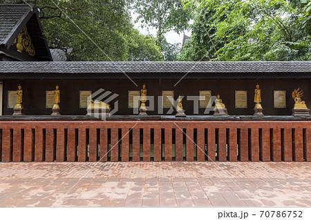 タイの寺院ワット・プラケオ(チェンライ)の曜日ごとの仏像 70786752