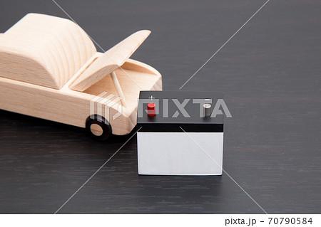 車のバッテリートラブルイメージ 自動車のバッテリー上がりイメージ バッテリーが上がった自動車イメージ 70790584