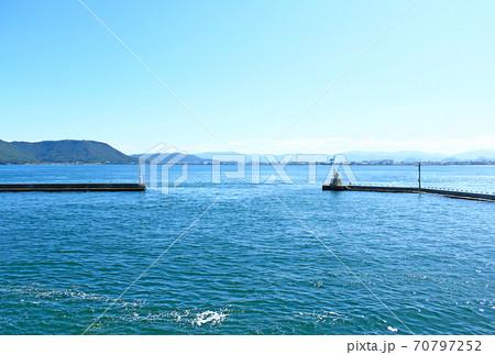 【香川】女木島 フェリーの上から見る女木港鬼ヶ島防波堤灯台(おにの灯台) 70797252