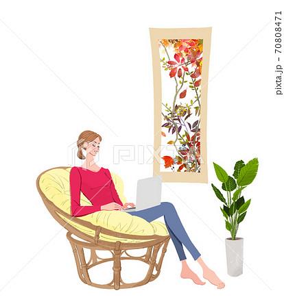 秋の窓辺で、椅子に座りノートパソコンで仕事をする女性のイラスト 70808471