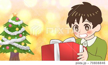 プレゼントをもらって喜ぶ男の子のイラスト、キラキラ、クリスマスツリー、横長サイズ 70808846