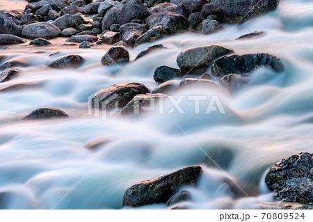 残照に映える宮之浦川の流れから水・環境・エコのイメージ表現 70809524