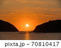瀬戸内海の鳥居のある島から昇る太陽のイメージ 70810417