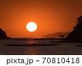 瀬戸内海の鳥居のある島から昇る太陽のイメージ 70810418
