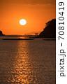 瀬戸内海の鳥居のある島から昇る太陽のイメージ 70810419