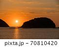 瀬戸内海の鳥居のある島から昇る太陽のイメージ 70810420