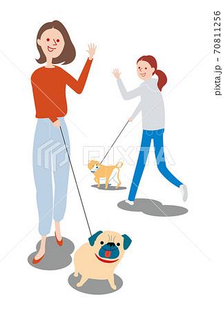 愛犬と散歩する女性 70811256