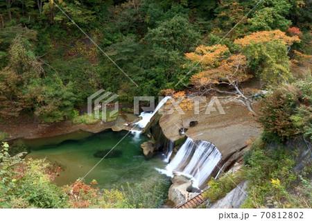 七ヶ宿町「滑津大滝」の紅葉、宮城県の滝 70812802