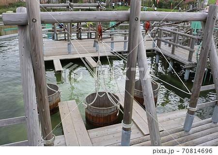 静岡県裾野市にある富士山のふもとの遊園地にある水上アスレチックのたらい船 70814696