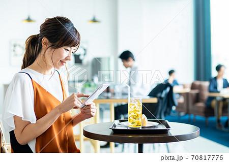 カフェでスマホを操作する若い女性 70817776