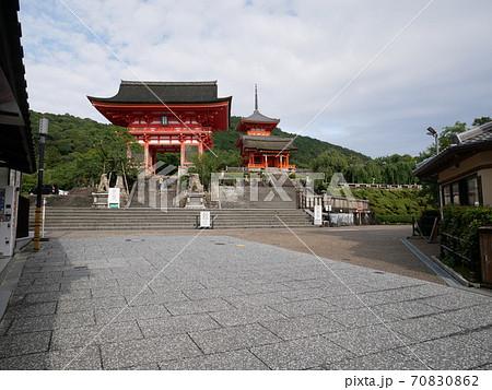 2020年7月コロナ禍の京都、閑散とした清水寺仁王門 70830862