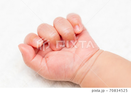 赤ちゃんのかわいらしい手 70834525