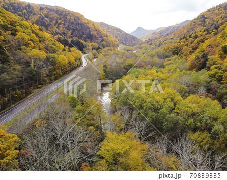北海道 定山渓ダム周辺の紅葉(空撮) 70839335