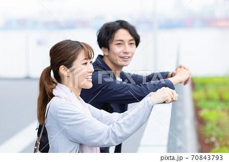 観光旅行で景色を眺めているカップル 70843793