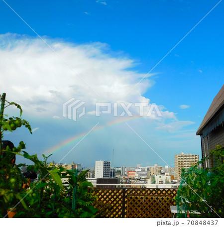 夏空に虹 マンションのルーフバルコニー 70848437