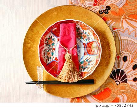 赤い古伊万里の皿とオレンジの袋帯のテーブルコーデ(中央) 70852743