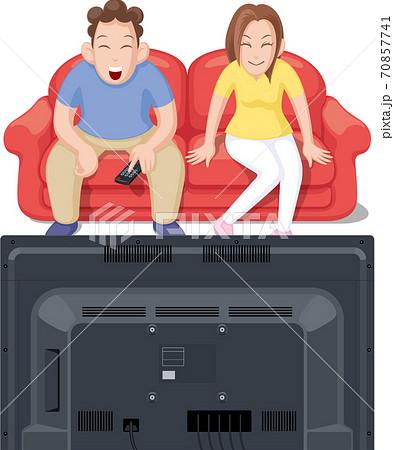 仲良くテレビを観るカップル 70857741