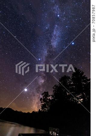 北海道 オンネトー湖の星空と天の川 70857987