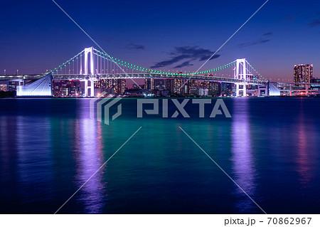 東京 レインボーブリッジの夜景(豊洲ぐるり公園より) 70862967