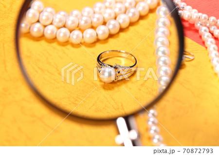 パールのネックレスとリングと拡大鏡 70872793