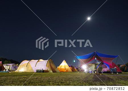 月とキャンプ場 70872852