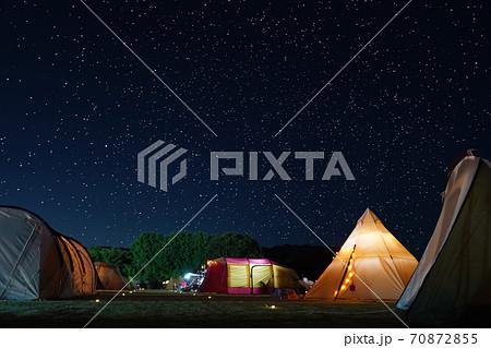 キャンプ場の星空 70872855