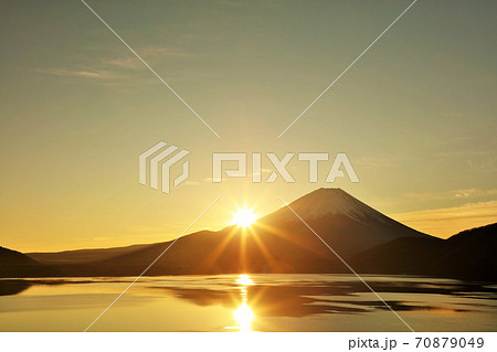 富士山と初日の出 70879049
