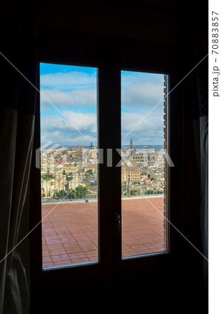 パラドールの窓越しに見た古都トレド(スペイン、カスティーリャ=ラ・マンチャ州) 70883857