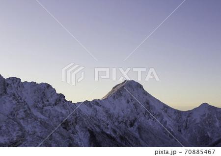 12月の早朝に硫黄岳から見える赤岳 70885467