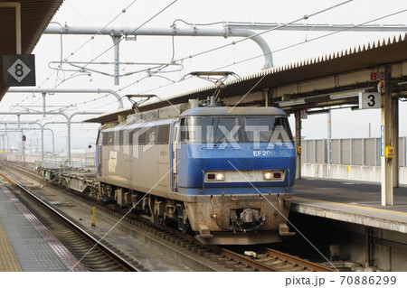 加古川駅を通過するJR貨物EF200形電気機関車 70886299