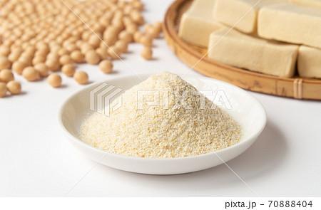 ヘルシーな大豆加工食品 おからパウダーと高野豆腐と大豆の生豆 70888404