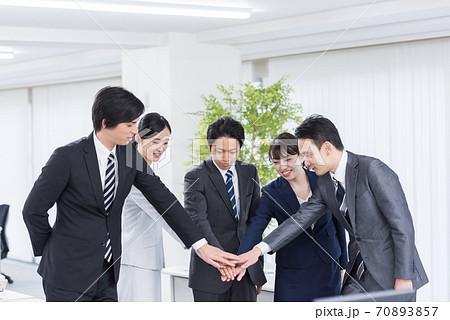 団結するビジネスグループ スローモーション 70893857