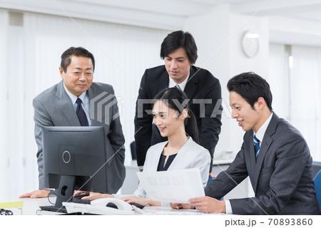 オフィスで仕事をするビジネスチーム 70893860