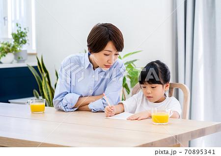 リビングで宿題をやっている親子。 70895341