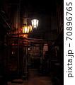 【長野】渋温泉の路地裏 配管と街灯 70896765