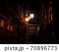 【長野】渋温泉の路地裏 配管と街灯 70896773