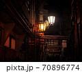 【長野】渋温泉の路地裏 配管と街灯 70896774