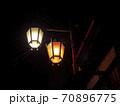 【長野】渋温泉の路地裏 配管と街灯 70896775