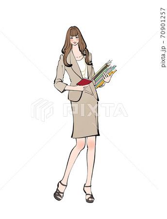 手帳を広げ、書類やファイル、本を持つ、働く女性 70901257