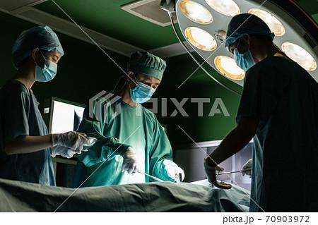 病院内での手術イメージ 70903972