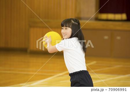 ボールを投げる小学生 70906991