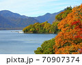中尊寺湖ボートハウス前の紅葉風景 70907374