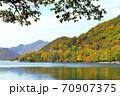 中尊寺湖ボートハウス前の紅葉風景 70907375