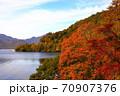 中尊寺湖ボートハウス前の紅葉風景 70907376