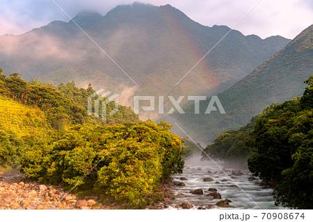 真夏の朝日と川霧に映える紅葉岳と宮之浦川から水資源・環境・エコのイメージ表現 70908674