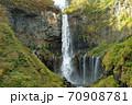 奥日光三名瀑 絶景観爆台からの華厳の滝紅葉 70908781