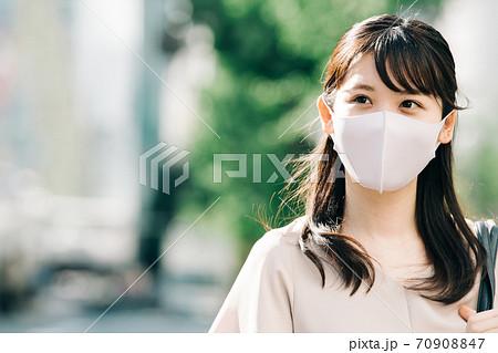 マスクをして通勤・出勤するビジネスウーマン 70908847